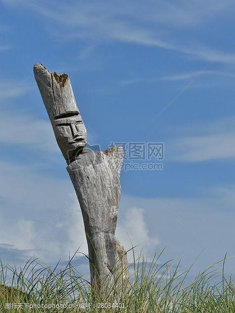 艺术天空草地里的木雕