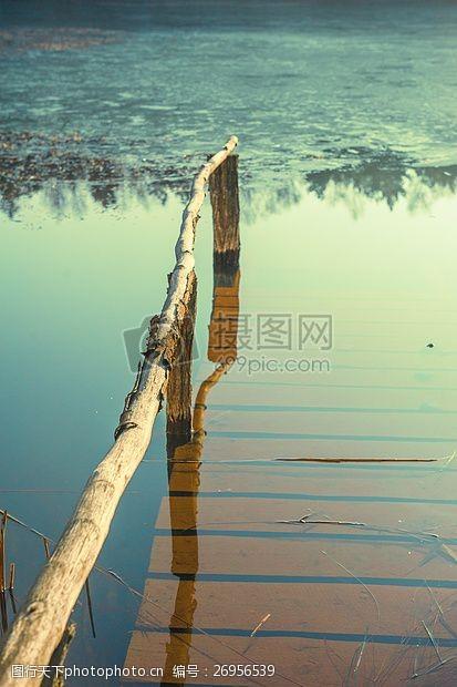 木头桥水淹没下的桥