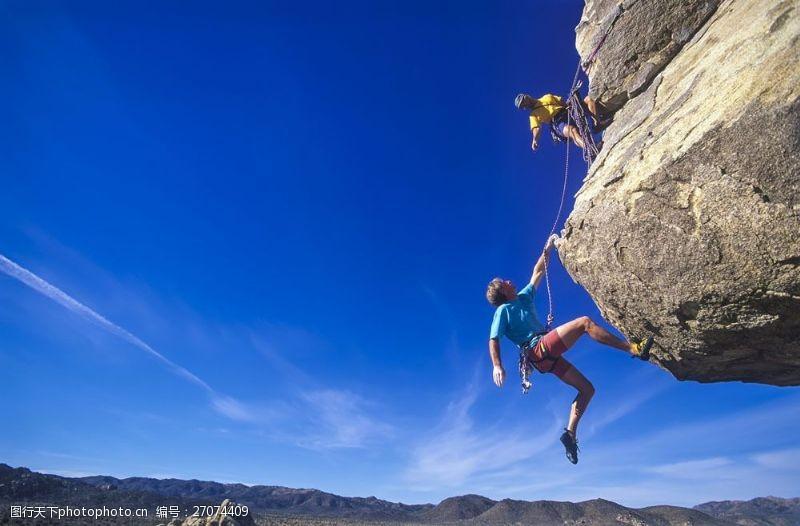 登山的男人悬崖上的登山人物
