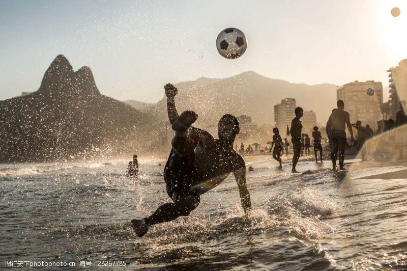 人物高清图片海边踢足球