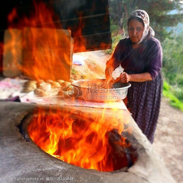泥炉燃烧着的火坑