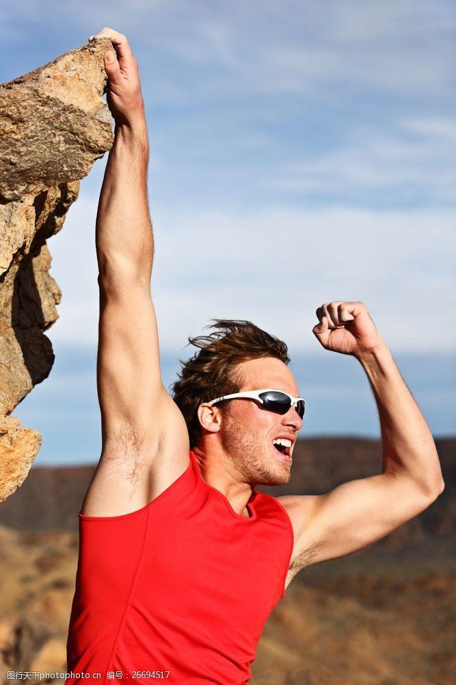 登山的男人戴墨镜的登山运动员
